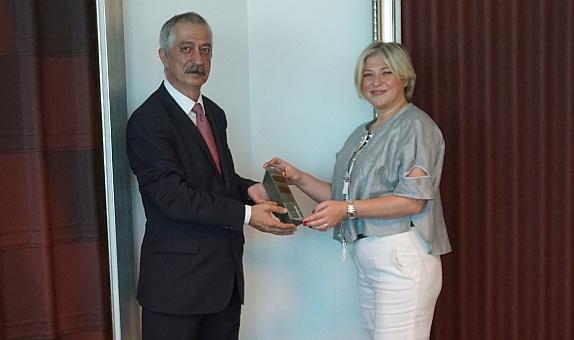 Onduline Avrasya Genel Müdürü Fulya Özgül Koçak Yılın Profesyoneli Ödülünü Aldı
